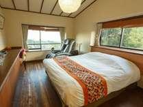 【個居 うみ蛍】ダブルベッド1台のコンパクトな造りの客室(写真は洋室のイメージ)