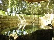 【無料貸切風呂 壱の湯】巨石をくりぬいた豪快な湯船。自然に包まれ、温泉を満喫。