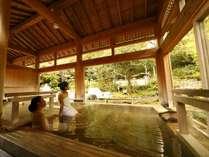 敷地内に2つの自家源泉を持ち、寝風呂や内風呂、壷風呂、打たせ湯、檜露天風呂などで湯めぐりを満喫♪