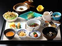 【朝食:和食】和食は焼き魚や小鉢をお膳でご用意。お一人様ごとに和食、洋食よりご選択。