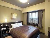 【ダブルルーム】ベッドサイズ160×195(cm)■全室Wi-Fi利用可能、WOWOW視聴可能、40型液晶TV設置