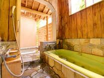 吟心亭「去来」の源泉露天風呂。掛け流しの湯で寛ぎのひと時。