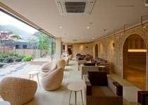 ラウンジ「お茶の間曙」窓からは日本庭園が望めます