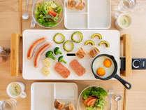 白いホットプレートの朝食は、ご自分で好きなタイミングでモーニングBBQをお楽しみください。