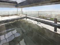 """【大浴場】最上階にあるからこそ広がる""""景色""""。「昼は青空と共に」「夜は高松の灯りと共に」"""