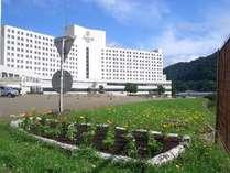 夏の花壇と苗場プリンスホテル