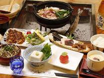 昔懐かしい囲炉裏でいただく山国ならではの美味しい料理の数々。