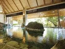 四国の青石をふんだんに使用し広々とした雄大で力強い印象の岩風呂造りの男性大浴場