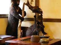 *【ロビー(一例)】熊の親子がお出迎え♪