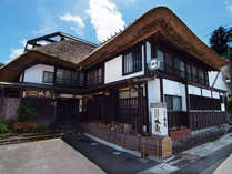*外観(昼)茅葺き屋根に守られた築140年の古民家