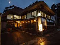 *外観(夜)茅葺き屋根に守られた築140年の古民家