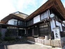 *約140年の長い歴史を誇るかやぶき屋根の風情ある湯宿です。