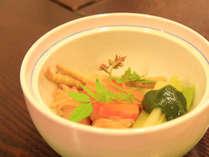 *地の食材を使ったお料理をお作り致します。山菜の煮物・山椒味噌添え(お食事一例)