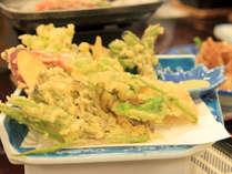 *季節を感じる味覚の数々。山菜の天ぷらは好評です。(お食事一例)