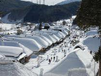 *≪冬の大内宿≫茅葺き屋根にこんもりと雪が積もります