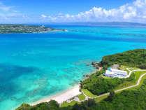 碧い海、広く眩しい夏空、鮮緑につつまれた小さなリゾートホテル