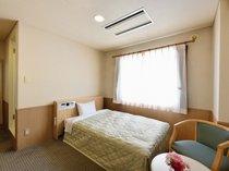 ◆シングルルームB 15平米◇幅120センチサイズのセミダブルベッドをご用意。