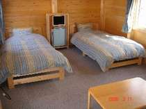 ユニットバス・ツインベッド・エアコン・TV・空気清浄機・テーブル