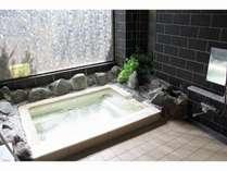 岩風呂風浴室で、とてもリラックスできる浴槽です。