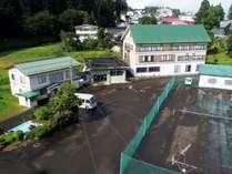 【外観】敷地内にテニスコート完備