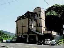 【本館】霧島温泉の中心に位置する、全15室の和風旅館