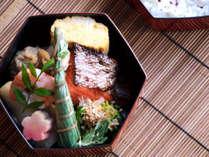 京都の料亭が手掛けた本格的な仕出し朝食。京風だし巻き卵や生麩など、京都らしいメニューがつまった逸品。