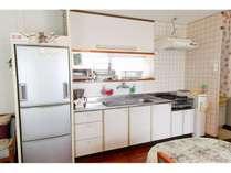 電子レンジ・炊飯器・コンロ・冷蔵庫・トースター・コーヒーメーカー・調理器具一式揃っているキッチン