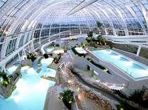 【プール】津山市内にあるグラスハウスは年中入れる温水プールでガラス張りの外観は圧倒されます。