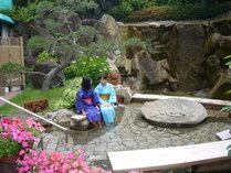 【足湯】中庭の足湯も勿論温泉なので、気軽にご利用下さい。