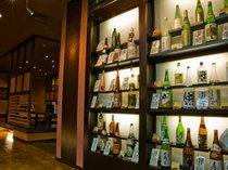 【地酒】お食事処『彩香』の入り口には地酒や地ワインなどがズラリ!