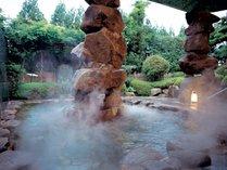 現代彫刻家『空 充秋』氏造作の石積みモニュメントのある露天風呂でゆっくりと・・・。