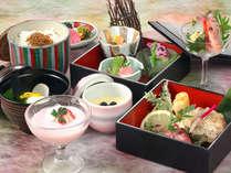 料理長のおまかせ料理は小鍋も付いていてボリューム満点です。※器等は料理内により異なる場合があります。
