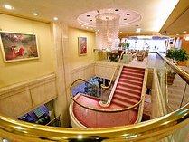 【エントランス】2階ロビーも寛ぎのスペース。マッサージチェアーと喫煙スペースがあります。