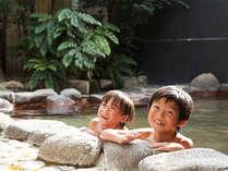 こどもだって露天風呂が大好き♪石積みモニュメントもあってアート感たっぷりです。