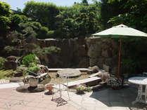 【中庭】緑の風がさわやかなガーデンにある