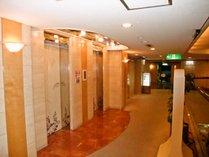 2階エレベータ前。お風呂へは左側へお進みください。