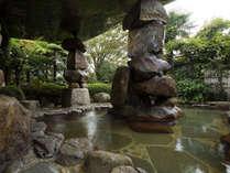石積みモニュメントのある露天風呂