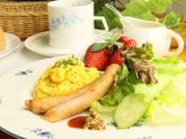 ☆野菜とフルーツが入った贅沢プレート。卵料理は日替わりとなります。