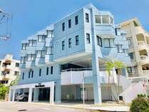 ホテル外観、目の前は海で対岸には人気のアメリカンビレッジ!