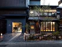 京都一の繁華街「四条」すぐ。伝統的な和室、和モダンな洋室を備えたデザイナーズ町家ホテル。