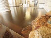 源泉をそのまま湯船へ使用、かけ流しの湯を贅沢にお楽しみ下さい。