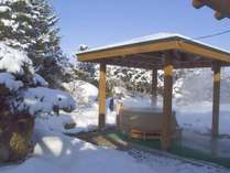 冬の青空を露天風呂で楽しんでください。