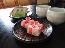 おすすめの茶菓子をお部屋で召し上がり下さい。