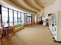 本館ロビー2015年12月に内装リニューアルし、落ち着く色合いに変わりました。