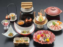 十勝牛を使用したすき煮、ずわい蟹の天麩羅など魚介もお肉も楽しめるご夕食でございます。