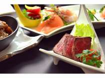 富良野産和牛もも肉のたたきはお肉本来の味を楽しめるかと思います。