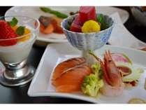 ご夕食の海鮮盛り合わせは特製ソースをご用意しております。
