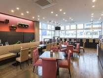 【1階朝食会場】毎朝和洋ビュッフェスタイルの朝食をご用意しております。