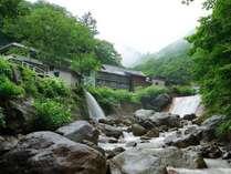 ごうごうと流れる川沿いに佇む秘湯の一軒宿。四季折々の美しさに包まれる