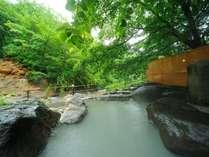 【大露天風呂】一番人気の岩露天風呂。川沿いで開放感満天!16:00~17:30、9:00~11:00は女性専用時間